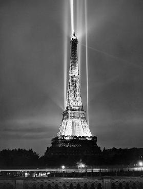 World fair in Paris: illumination of the Eiffel Tower by night 1937